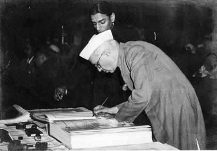બંધારણ પર સહી કરી રહેલ જવાહરલાલ નહેરૂ Jawaharlal_Nehru_signing_Indian_Constitution